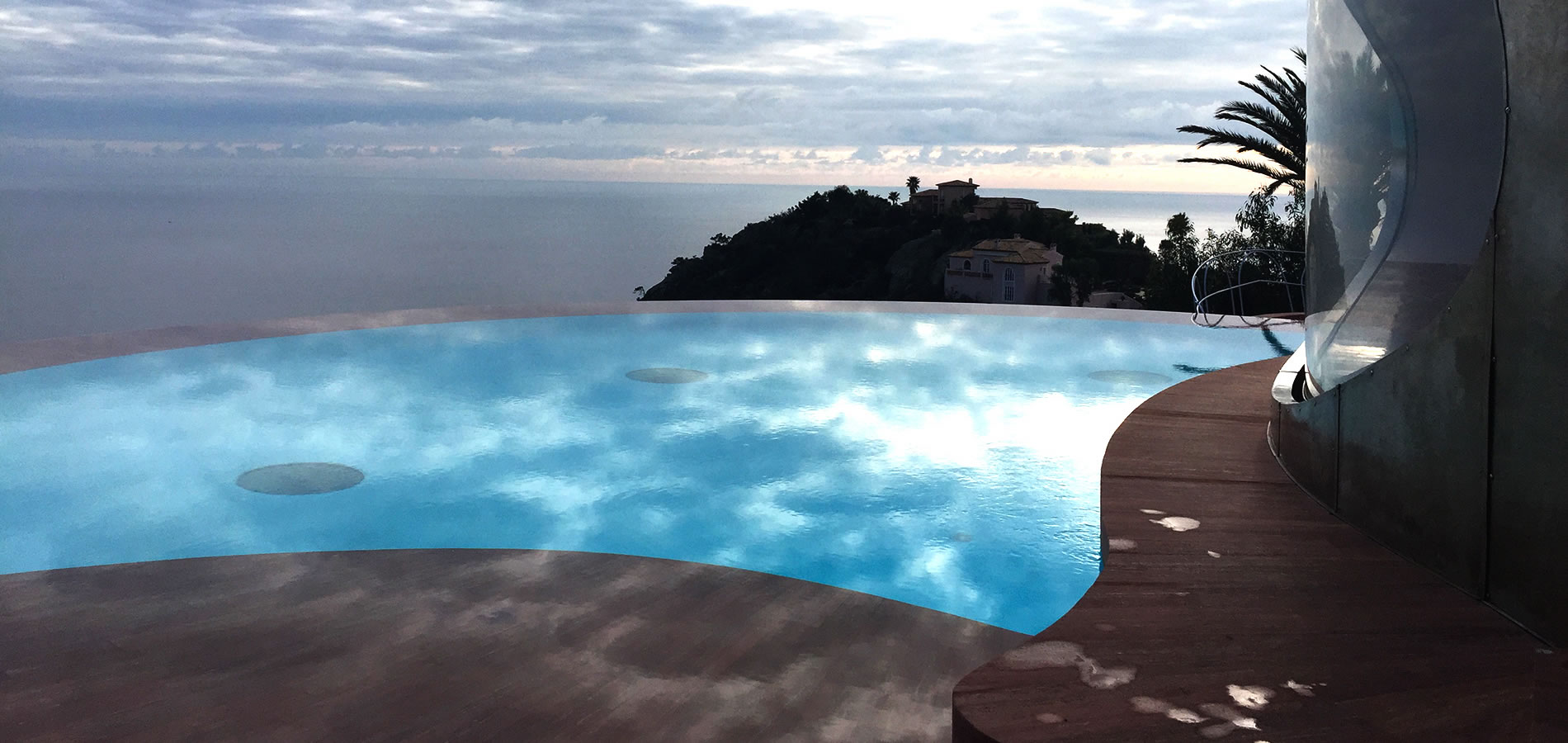 The Palais Bulles in balance between the sea and the sky.
